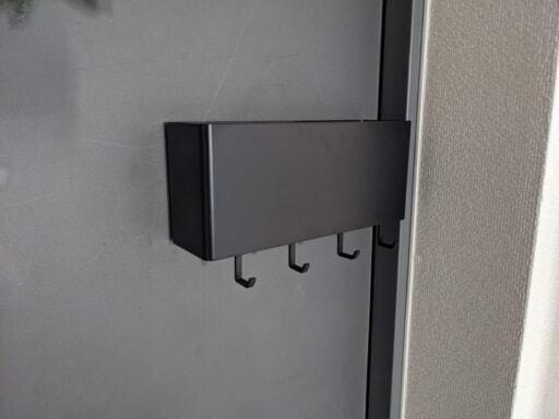 玄関ドアに貼った山崎実業のTOWERシリーズの黒のマグネット収納ケース