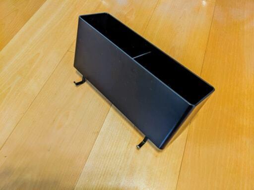 フックを取り付けた黒の長方形の収納ケース