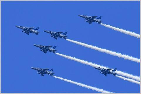 ブルーインパルス編隊飛行で使われた周波数は?
