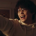 松村北斗、趣里とのコンビ「楽しい!」 回想シーンでメガネ姿披露