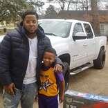 男の子の肩を抱く「通りがかりの」青年 この写真が2万件シェアされた理由とは?