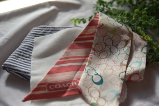 並べられたハンカチ2枚とスカーフ