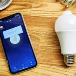 電球ソケットに挿すだけ! アプリと連動して防犯にも役立つスマートLED電球