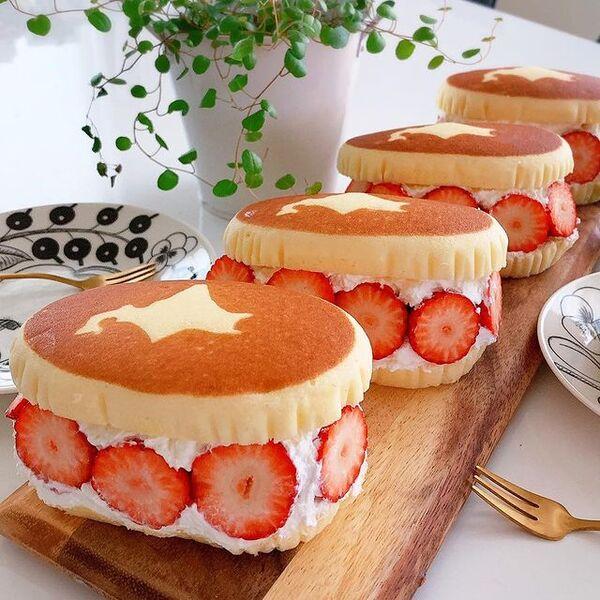 北海道チーズ蒸しケーキのイチゴサンド