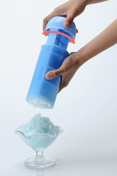 ヘッドキャップをはめて左右に回すと、本体下部にあるプラスチックの刃が「ガリガリ君」を削り、押し出される形でカキ氷となってでてくる仕組み。