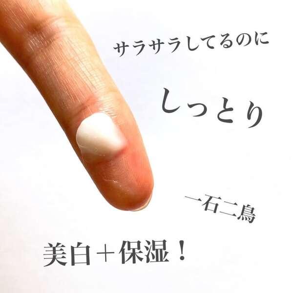 ダイソーのメラシロCクリームのクリームを指に出した写真