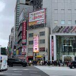 新宿駅西口、街頭ビジョンを見上げると… 予想外すぎる表示に「仕事サボってる」