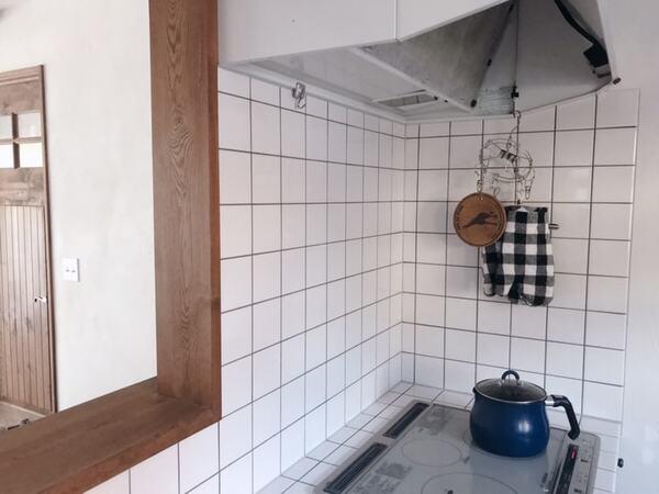 IHコンロの入っているタイル貼りのキッチン
