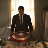 キャプテン・アメリカから盾を受け取り神妙な面持ち 『ファルコン&ウィンター・ソルジャー』新場面カット公開