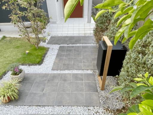 LIXILの「スマート宅配ポスト」と玄関アプローチ