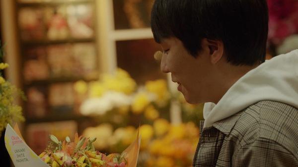 花束を手にした秋山さん
