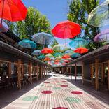 空に浮かぶ100本の傘が彩る 梅雨時期に「軽井沢アンブレラスカイ2021」