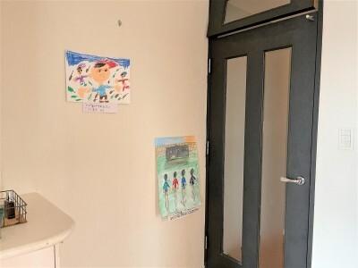 ドアの死角にあたる壁に作品を飾っています