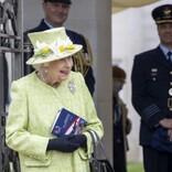 エリザベス女王、5か月ぶりに公の場で公務を行う パイロットと冗談を交えて談笑