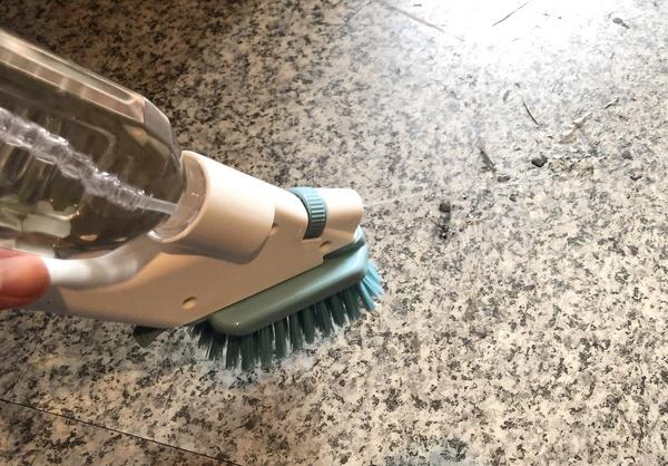 床面の汚れを取る