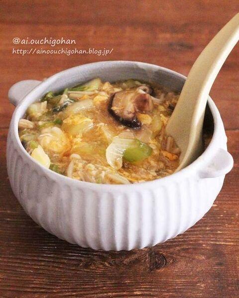 スープ、白菜、しいたけ、えのき、玉ねぎ、卵、とろみ、温かい。