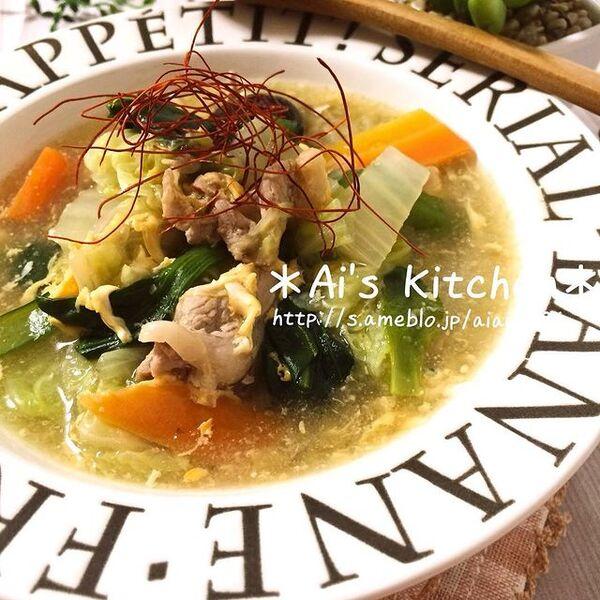 中華風、スープ、白菜、シイタケ、豚肉、にんじん、小松菜、卵、糸唐辛子。