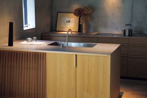 置き型のエアコンを格納したキッチンカウンター