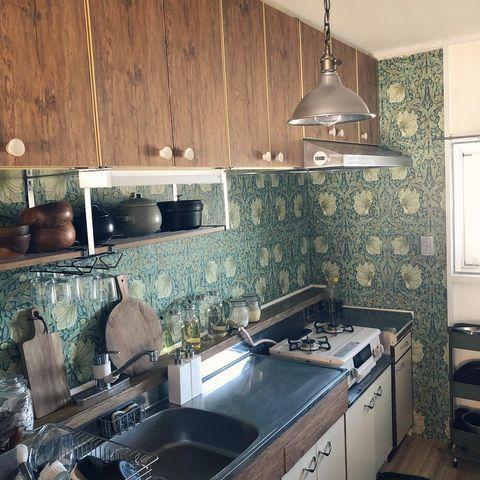 海外風の壁紙がおしゃれなキッチンの作り方