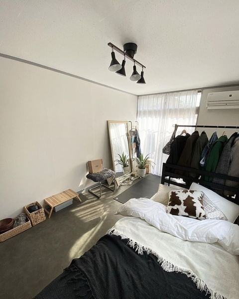 低め家具の配置でみせる寝室の作り方