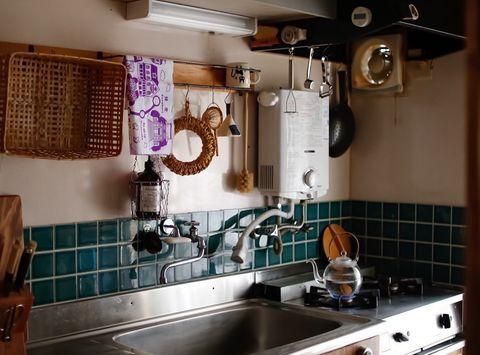 吊り下げ収納で叶うすっきりキッチンの作り方