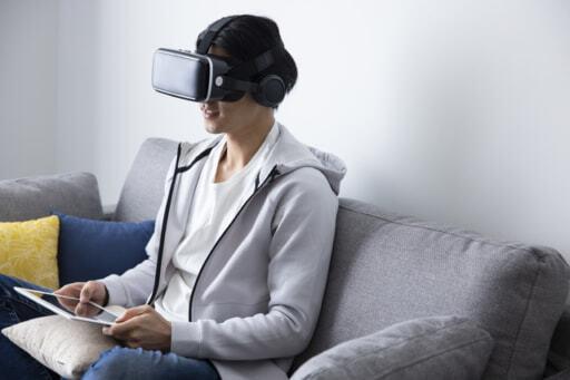 VRなどを使ってオンライン内見をするイメージ