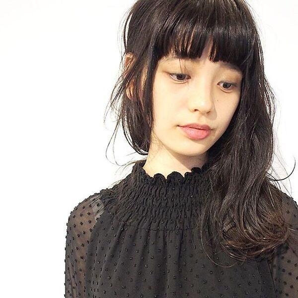 トレンドのぱっつん前髪×耳かけスタイル
