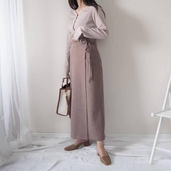 GUのラップナロースカートとカーディガンを着ている女性の写真