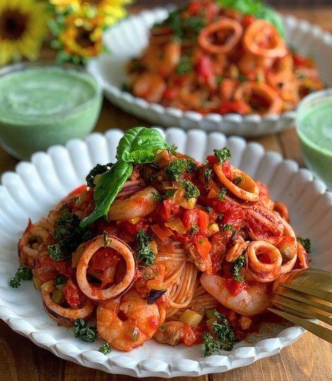 イカ、シーフード、エビ、野菜、トマト、スパゲッティ、バジル、パセリ。