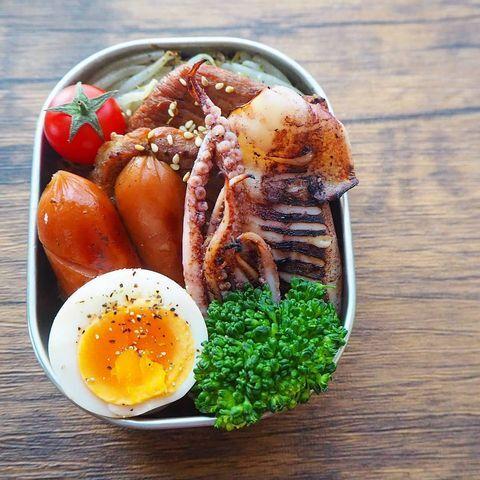 イカ、卵、ウィンナーソーセージ、ミニトマト、もやし、ブロッコリー、弁当。