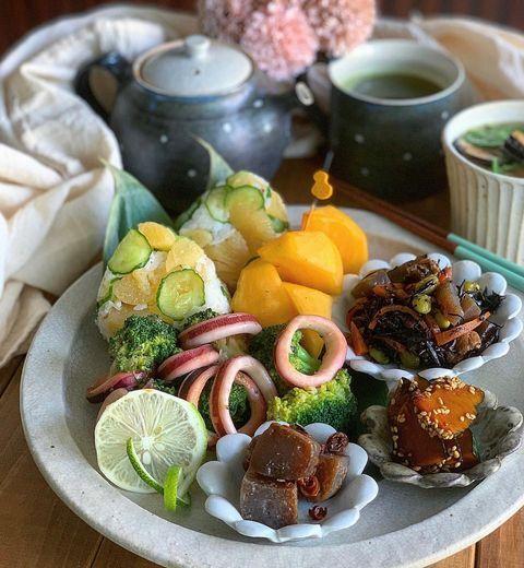イカ、ブロッコリー、ひじき煮、こんにゃく煮、きゅうり、柿、おかず。
