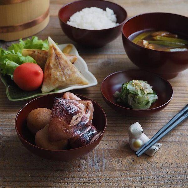 イカ、里芋、煮物、和食、きゅうり、味噌汁、ごはん。