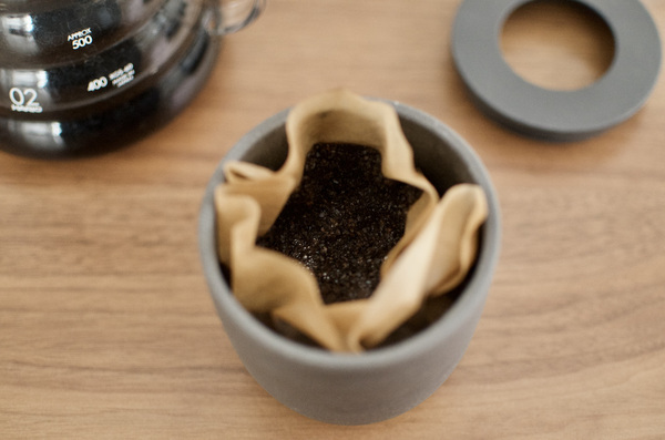 コーヒーかすを消臭ポットに入れる