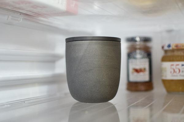 冷蔵庫にマーナのコーヒーかす消臭ポットを入れる