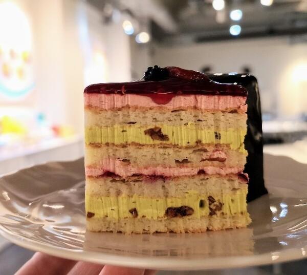 東京・池袋、東京駅スイーツ店「BUTTER STATE's」香る4種ベリーのケーキピスタチオバター添え