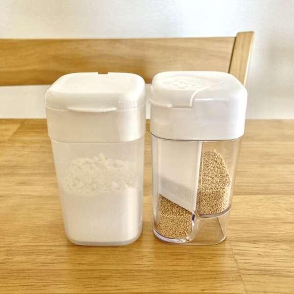 セリアの粉末だしボトルと粉ふりボトルは見た目もシンプルでおしゃれです。