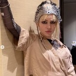 イーロン・マスクの恋人、背中を覆うタトゥーを披露「美しいエイリアンの傷痕よ」