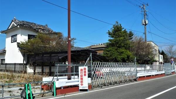 通り沿いの廃屋