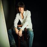 THE COLLECTORSのギタリスト古市コータローが、盟友・藤原啓治の一周忌を経て、高校時代に共作した思い出の楽曲を7インチでリリース