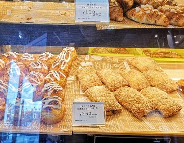 東京・「Chateraise PREMIUM YATSUDOKI ビーンズ阿佐ヶ谷」ショーケースのあんこもちパイ
