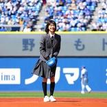 「ドラゴン桜」志田彩良が人生初の始球式!制服姿でノーバンならずも見事な投球「無事に届いて安心」