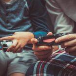 長時間のゲーム習慣で変形か 「異様に長い指と鷲掴み風の手つきに」と専門家が指摘