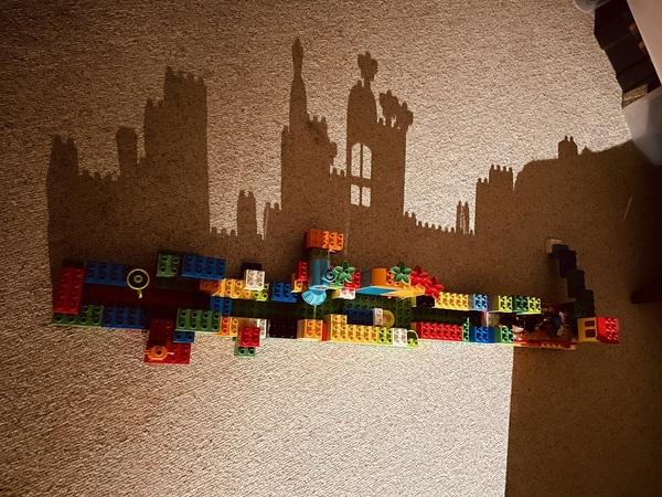 """「影がお城」偶然?!奇跡のアート 4歳がつくったレゴの""""おうち"""""""