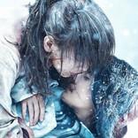 満身創痍の剣心・佐藤健が、巴・有村架純をかき抱き…『るろ剣』はじまりの物語描く