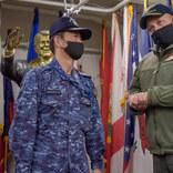 海上自衛隊護衛艦隊司令官 空母ロナルド・レーガンを訪問し司令官と懇談