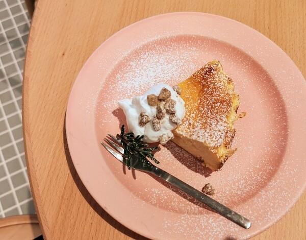 奈良県「おてんきパーラー」りんごのチーズケーキ