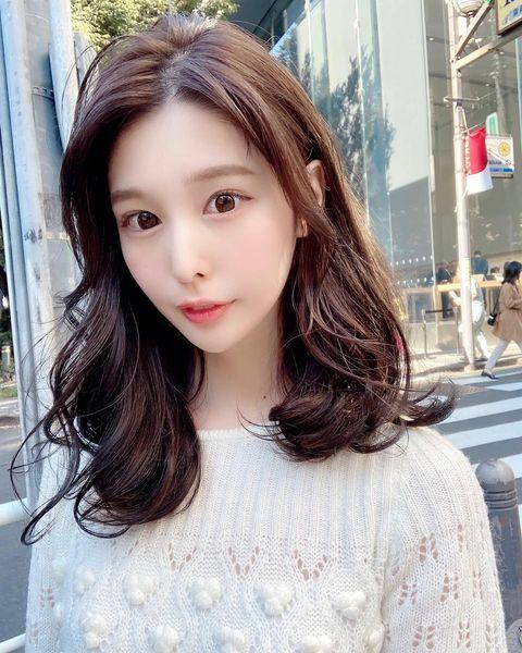 センターパートの前髪なし韓国風ミディアム