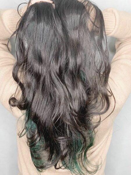 暗めカラーに合わせた緑インナーカラー