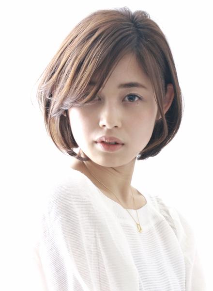 長め前髪で小顔効果を高めるボブヘア