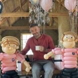 ヴィクトリア・ベッカム、夫デヴィッドの誕生日に巨大な風船のフィギュアを贈る